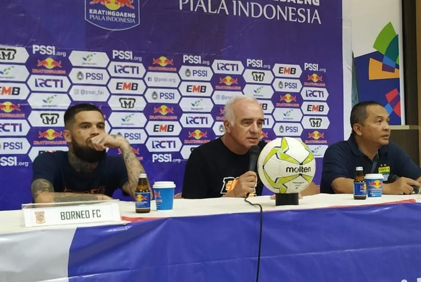 pelatih Borneo FC, Mario Gomez (kanan)