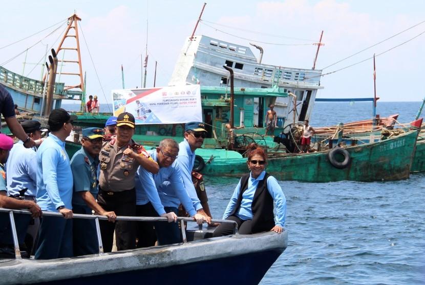 Menteri Kelautan dan Perikanan Susi Pudjiastuti (kanan) didampingi Wakil Kepala Staf Angkatan Laut Laksamana Madya TNI Wuspo Lukito (kedua kanan), Gubernur Kalimantan Barat Sutarmidji (ketiga kanan) dan Kapolda Kalbar Irjen Pol Didi Haryono (keempat kanan) berada di depan sejumlah kapal nelayan Vietnam saat penenggelaman di Pulau Datuk, Kabupaten Mempawah, Kalimantan Barat, Sabtu (4/5/2019).