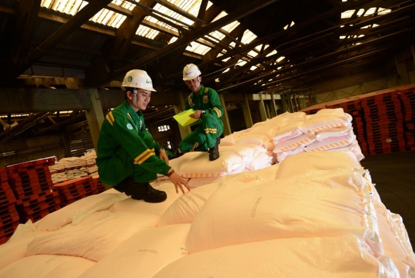Petugas dariPT Petrokimia Gresik (PG) melakukan pengecekan terkait ketersediaan stok pupuk bersubsidi