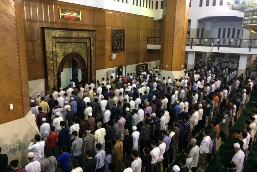 Suasana salat Tarawih di Masjid Agung Kota Tasikmalaya, Ahad (5/5).