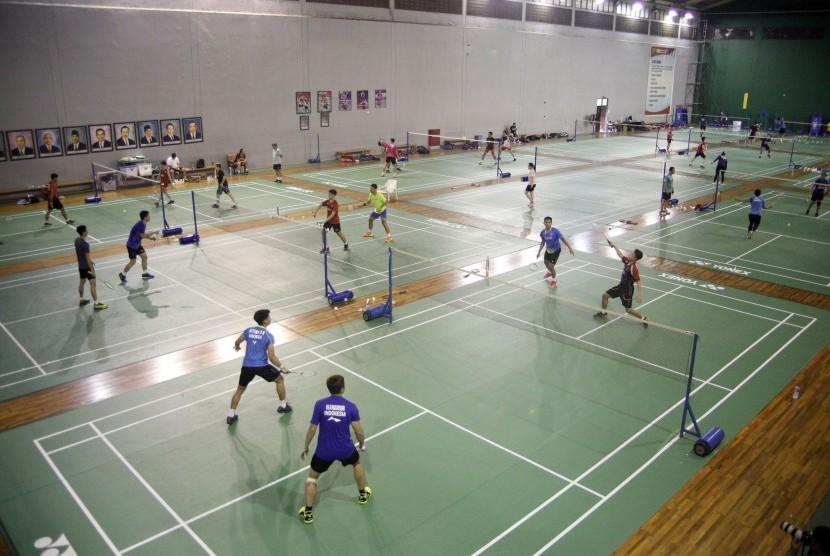 Sejumlah atlet bulutangkis melakukan latihan jelang Kejuaraan Piala Sudirman 2019 di Pelatnas PBSI, Cipayung, Jakarta Timur, Selasa (7/5/2019).