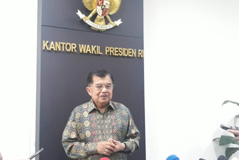 Wakil Presiden Jusuf Kalla saat diwawancarai wartawan di Kantor Wakil Presiden, Jakarta, Selasa (7/5).
