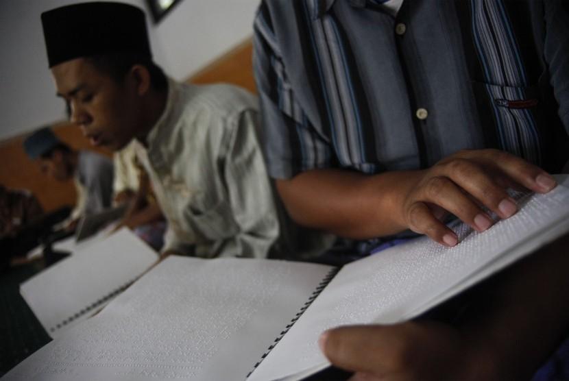 Penerima manfaat Rumah Pelayanan Sosial Disabilitas Sensorik Netra Bhakti Candrasa bertadarus menggunakan Alquran braille di masjid setempat, Solo, Jawa Tengah, Selasa (7/5/2019).