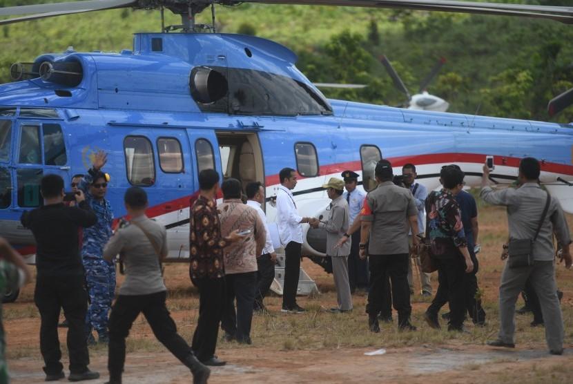 Presiden Joko Widodo bersiap menaiki helikopter saat meninjau salah satu lokasi calon ibu kota negara di Gunung Mas, Kalimantan Tengah, Rabu (8/5/2019).
