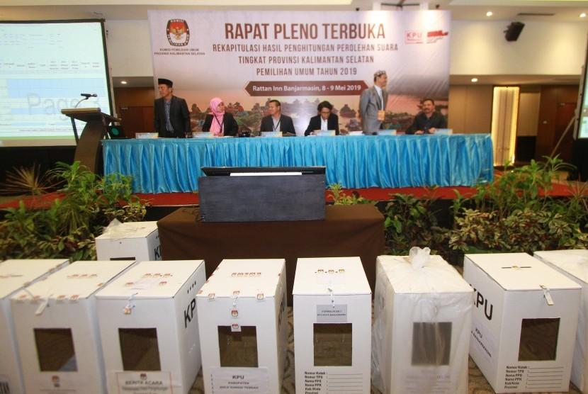 Ketua KPU Kalsel Sarmuji (ketiga kiri) membuka rapat pleno terbuka.
