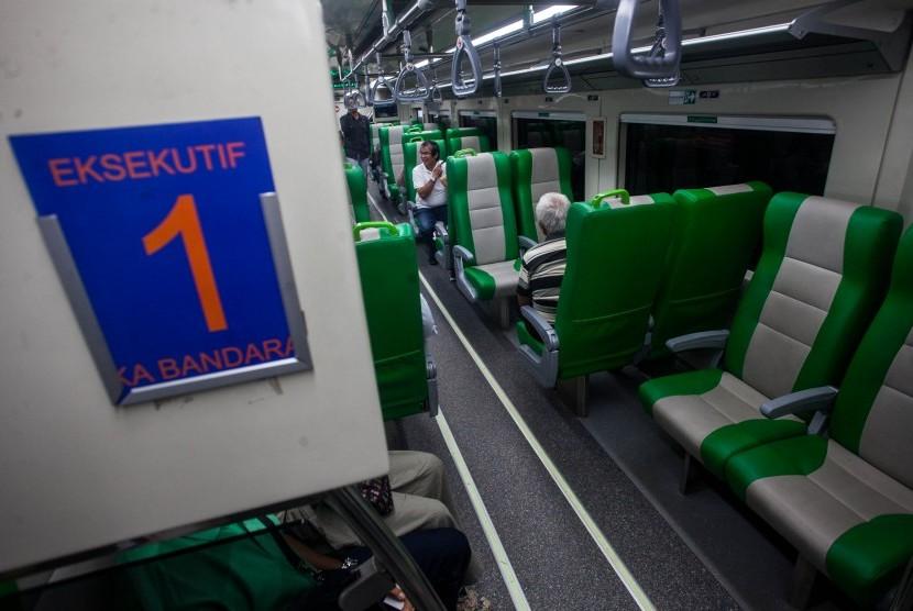 Penumpang berada di dalam Kereta Api (KA) Bandara di Stasiun Tugu, Yogyakarta, Rabu (8/5/2019).