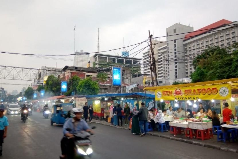 Suasana menjelang magrib. Pedagang takjil mulai berjualan sepanjang Jalan Sabang, Menteng, Jakarta Pusat, Rabu (8/5).  F