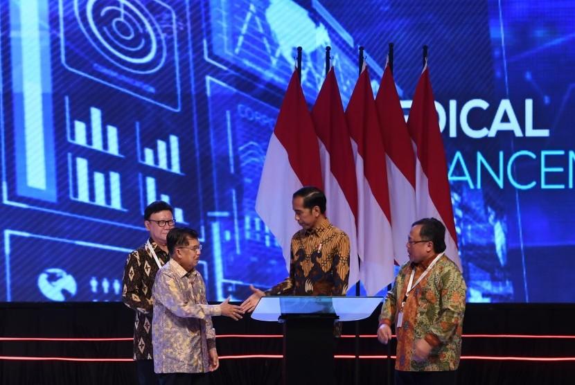 Presiden Joko WIdodo (kedua kanan) berjabat tangan dengan Wapres Jusuf Kalla (kedua kiri) disaksikan Menteri Perencanaan Pembangunan Nasional/Kepala Bappenas Bambang Brodjonegoro (kanan) dan Mendagri Tjahjo Kumolo (kiri) saat membuka acara Musyawarah Perencanaan Pembangunan Nasional (Musrenbangnas) 2019 di Jakarta, Kamis (9/5/2019).