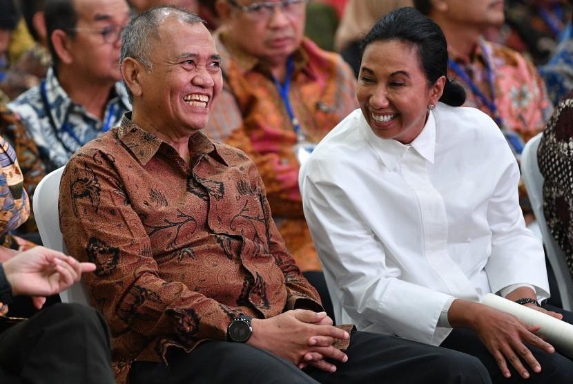 Menteri BUMN Rini Soemarno (kanan) berbincang dengan Ketua KPK Agus Rahardjo saat menghadiri Seminar Peran Satuan Pengawasan Intern (SPI) BUMN di kantor KPK, Jakarta, Kamis (9/5/2019).