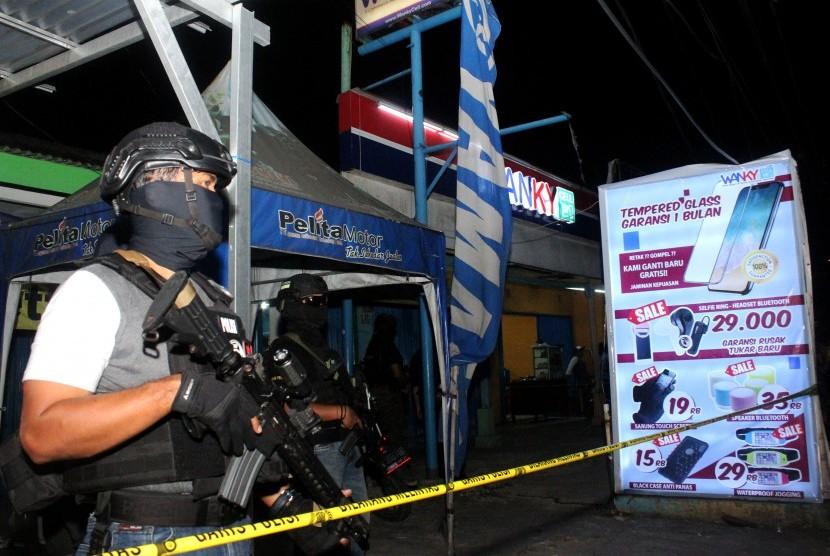 [ilustrasi] Tim Densus 88 Mabes Polri berjaga saat penggeledahan barang bukti milik terduga pelaku teroris.