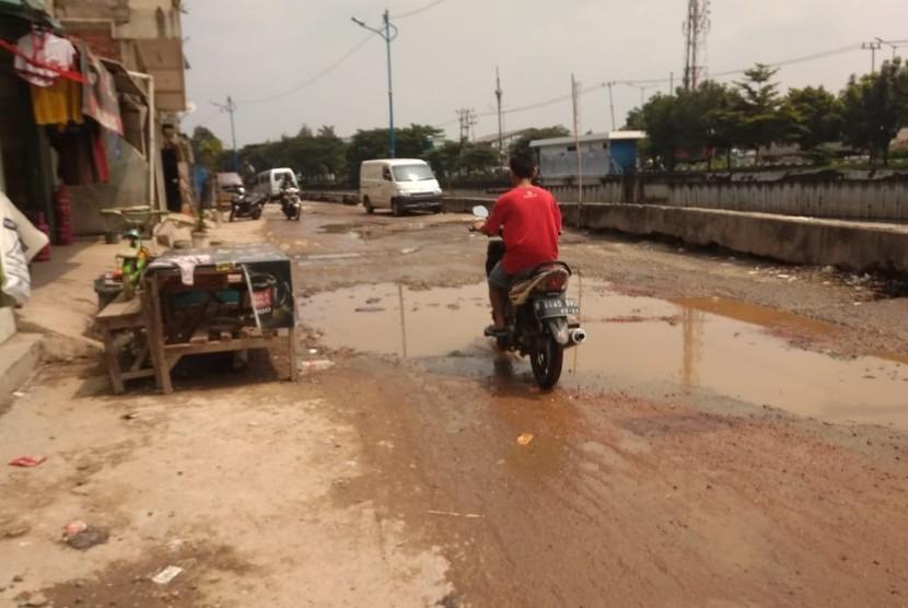 Jalan Inspeksi I Mookevart, Kalideres, Jakarta Barat kondisinya rusak parah,  Jumat (10/5).