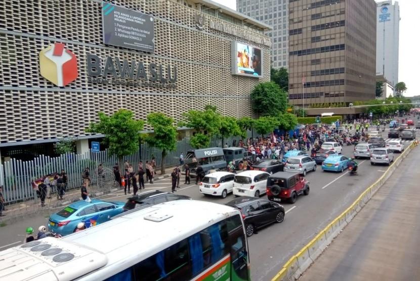 Demonstrasi di Depan Kantor Bawaslu, Jalan M.H. Thamrin nomor 14, Menteng, Jakarta Pusat. Sebagian demonstran juga berkumpul di Gedung Sarinah, Jumat (10/5).