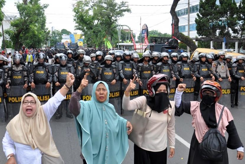 Massa yang tergabung dalam GNPF Sumut melakukan aksi 'longmarch' menuju kantor Bawaslu Sumut, di Medan, Jumat (10/5/2019).