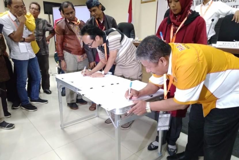 Ketua KPU Banten Wahyul Furqon menandatangani hasil pleno rekapitulasi suara tingkat Provinsi Banten bersama para saksi. Senin (13/5).