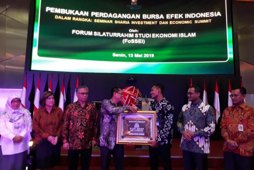 Penyerahan Wakaf Saham secara simbolis dari FoSSEI kepada Dompet Dhuafa di Gedung Bursa Efek Indonesia (BEI), Senin (13/5).