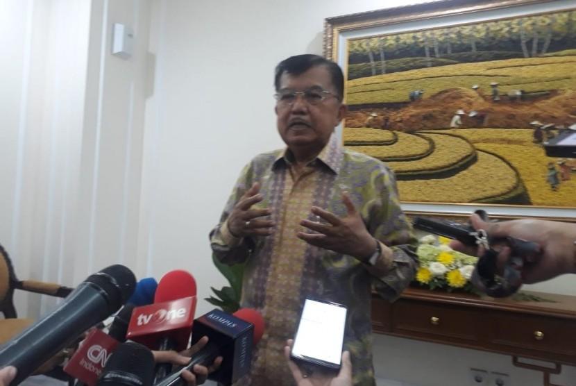 Wakil Presiden Jusuf Kalla saat diwawancarai wartawan di Kantor Wakil Presiden, Jakarta, Senin (13/5).
