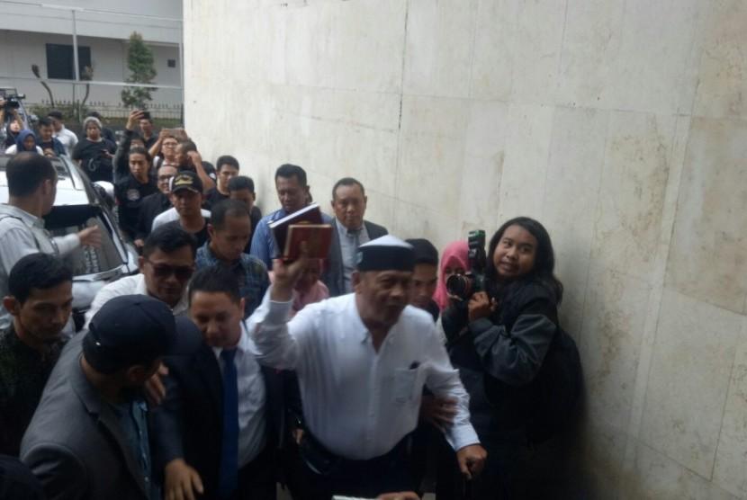 Eggi Sudjana (kemeja putih) saat tiba di Polda Metro Jaya, Senin (13/5), untuk diperiksa sebagai tersangka dugaan kasus makar.
