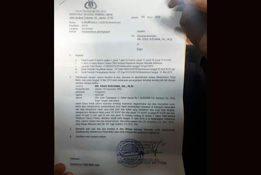Bukti surat penangkapan Eggi Sudjana yang ditunjukan oleh pengacaranya, Pitra Romadoni Nasution di Polda Metro Jaya, Selasa (14/5).