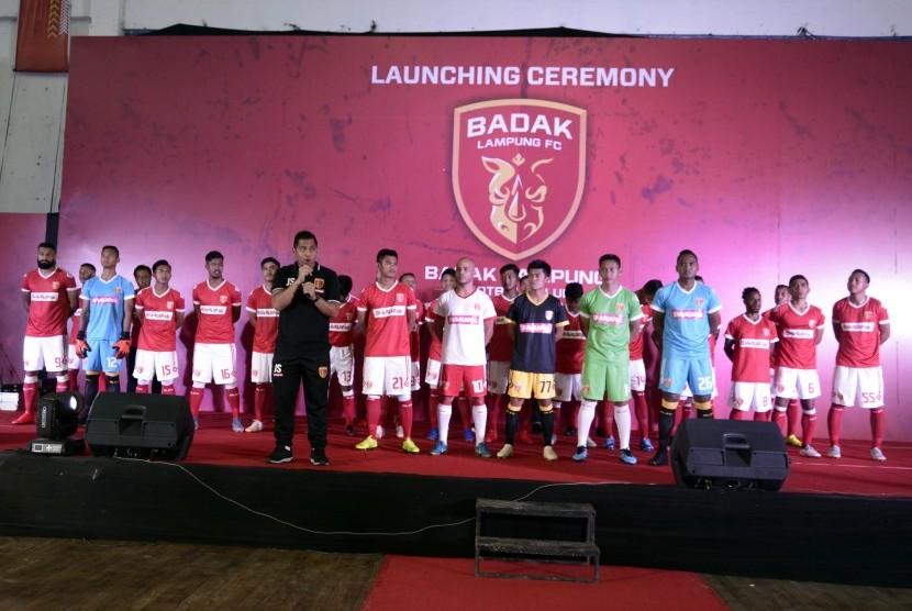 Pelatih Badak Lampung FC, Jan Saragih memperkenalkan pemainnya saat peluncuran timnya di Gelanggang Olahraga Saburai Bandar Lampung, Lampung, Sabtu (4/5/2019). Tim berjulukan 'Laskar Saburai' tersebut memperkenalkan 25 pemain untuk musin Liga 1 2019, diantaranya 4 pemain asing yang akan menjadi andalan Badak Lampung FC.