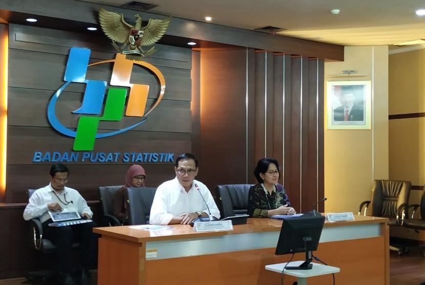 Kepala BPS Suhariyanto dalam konferensi pers di kantornya, Jakarta, Selasa (15/5). BPS mencatat, neraca perdagangan April 2019 mengalami defisit sebesar 2,5 miliar dolar AS.