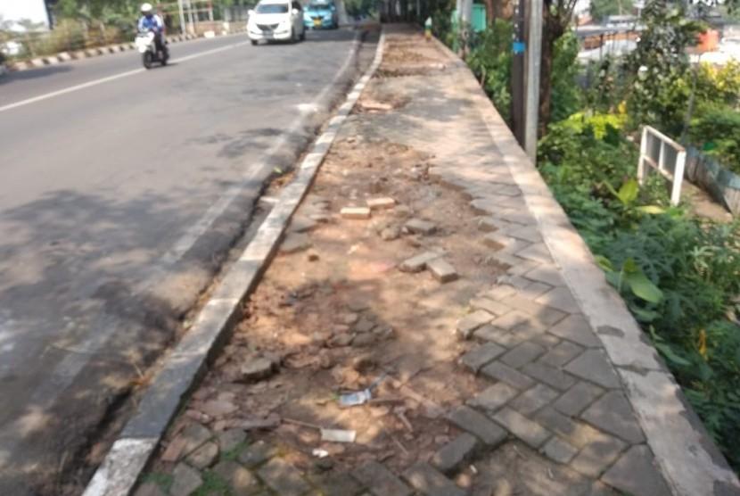 Trotoar di sepanjang Jembatan tol di Jalan Raya Kartini,  Margahayu kondisinya rusak, Rabu (14/5).