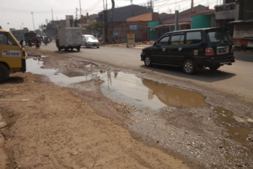 Jalan Raya Siliwangi, Sepanjang Jaya, Rawalumbu, Kota Bekasi kondisinya rusak,  Rabu (14/5).