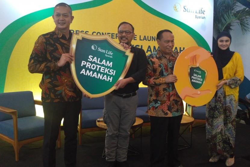 Chief Sharia Busines Sun Life, Norman Nugraha (Kiri), Presiden Direktur Dompet Dhuafa Philanthropy, Imam Rulyawan (tengah) serta Altis Zee Zee Shahab saat peluncuran Salam Proteksi Amanah di Jakarta pada Kamis (16/5).