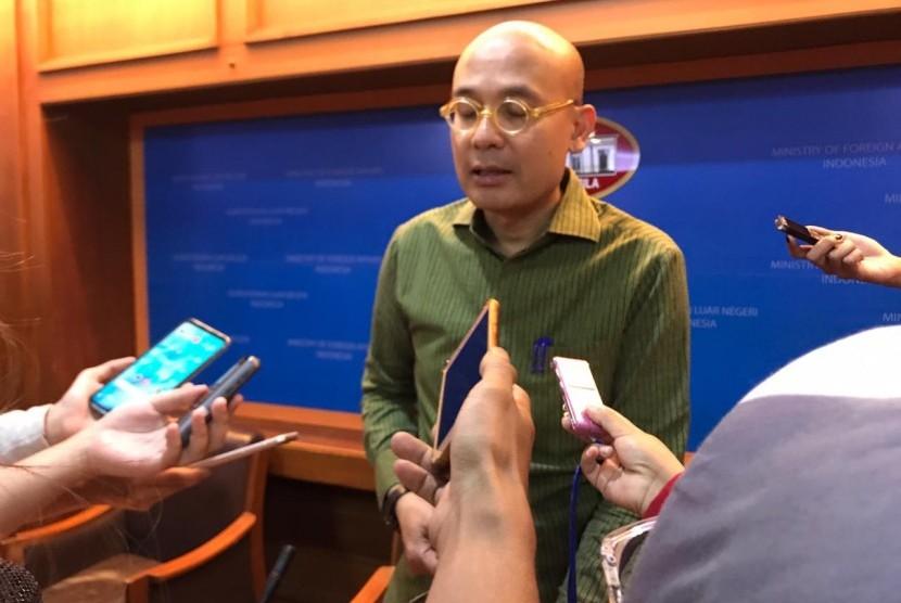Juru bicara Kementerian Luar Negeri Arrmanatha Nasir dalam press briefing media, di Kemenlu, Jakarta, Kamis (16/5).