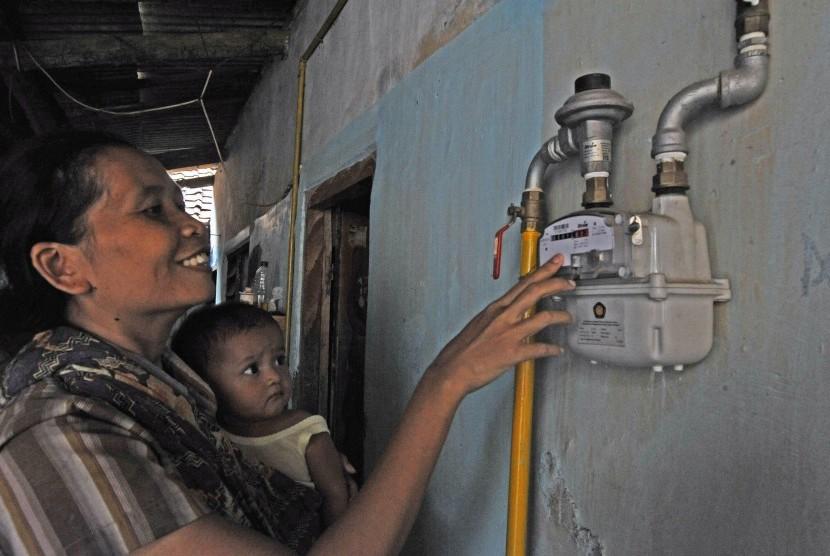Ibu rumah tangga memperhatikan meter ukur sambungan jaringan gas PT PGN (Perusahaan Gas Negara) saat uji coba Sambungan Gas Rumah Tangga di Kramatwatu, Serang, Banten, Kamis (16/5/2019).