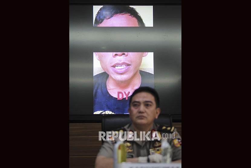 Kadiv Humas Polri Irjen Pol M. Iqbal menampilkan video pengakuan salah satu tersangka saat konferensi pers pengungkapan kasus terorisme jaringan Jamaah Ansharut Daulah (JAD) di Mabes Polri, Jakarta, Jumat (17/5/2019).