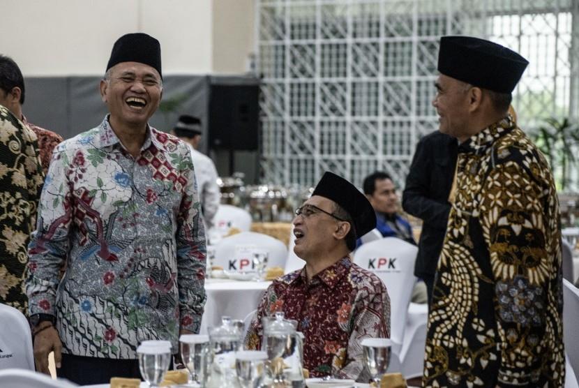 Ketua Komisi Pemberantasan Korupsi (KPK) Agus Rahardjo (kiri), Menteri Pendidikan Muhadjir Effendy (kanan), dan Wakil Ketua Mahkamah Agung Bidang Non Yudisial Sunarto (tengah) berbincang saat menghadiri acara buka bersama pimpinan KPK, di gedung KPK, Jakarta, Jumat (17/5/2019).