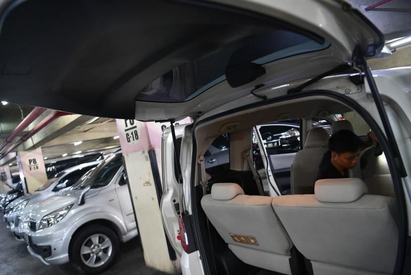Pekerja mengecek mobil yang dijual di Bursa Mobil Bekas WTC Mangga Dua, Jakarta Utara, Jumat (17/5/2019).