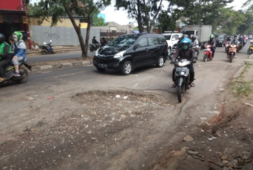 Kerusakan jalan di Jalan I Gusti Ngurah Rai, Bintara,  Kota Bekasi, Sabtu (18/5).