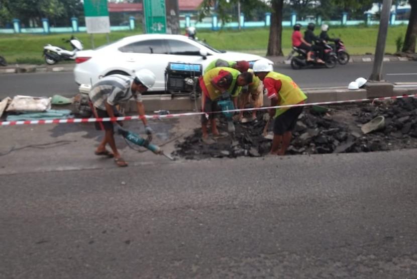 Perbaikan jalan menjelang mudik lebaran di Jalan Chairil Anwar,  Bekasi Timur,  Kota Bekasi, Sabtu (18/5).