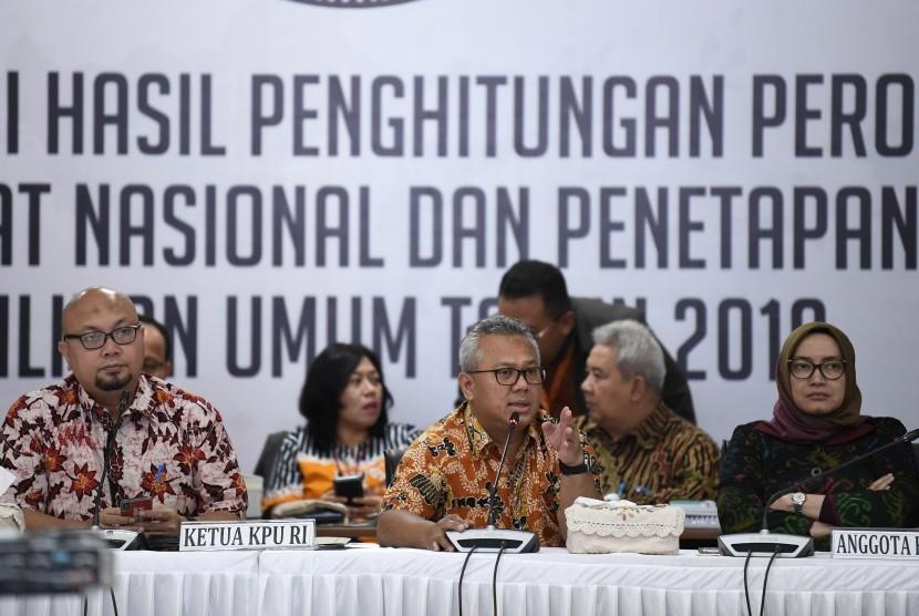 Ketua KPU Arief Budiman (tengah) bersama Komisioner KPU Ilham Saputra (kiri) dan Evi Novida Ginting Manik (kanan) memimpin Rapat Pleno Rekapitulasi Hasil Penghitungan dan Perolehan Suara Tingkat Nasional Dalam Negeri dan Penetapan Hasil Pemilu 2019 di Jakarta, Sabtu (18/5/2019).