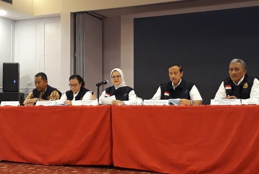 Kepala BPOM Penny K Lukito (berhijab) saat konferensi pers pengawasan  pangan selama ramadhan, di BPOM, di Jakarta, Senin (20/5).
