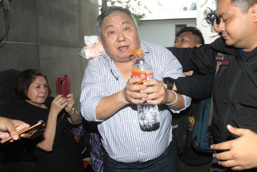 Juru bicara Badan Pemenangan Nasional (BPN) Prabowo Subianto-Sandiaga Uno, Li Xue Ciung alias Lieus Sungkharisma (tengah) digiring polisi usai penangkapan di Dit Reskrimum Polda Metro Jaya, Jakarta, Senin (20/5/2019).