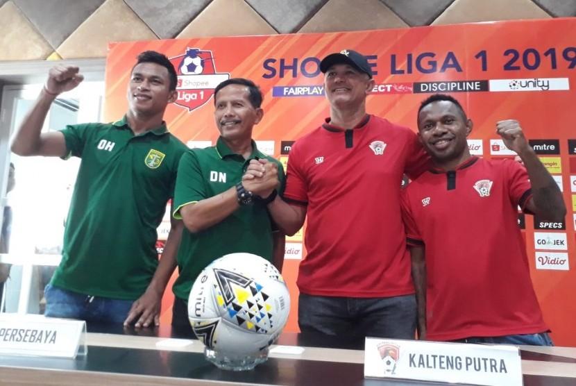 Pelatih Persebaya Surabaya Djadjang Nurdjaman (kedua kiri) dan Pelatih Kalteng Putra Gomes De Oliveira (kedua kanan) menggelar konferensi pers terkait kesiapan kedua tim menjelang laga lanjutan Shopee Liga 1 2019 di Stadion Gelora Bung Tomo, Selasa (21/5).