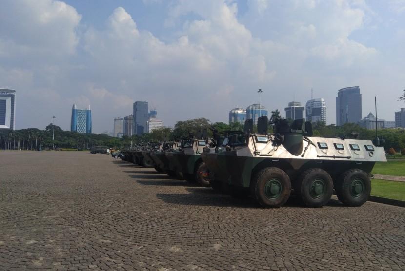 Sejumlah kendaraan operasional milik TNI dan Polri disiagakan dikawasan Monas jelang aksi 22 Mei
