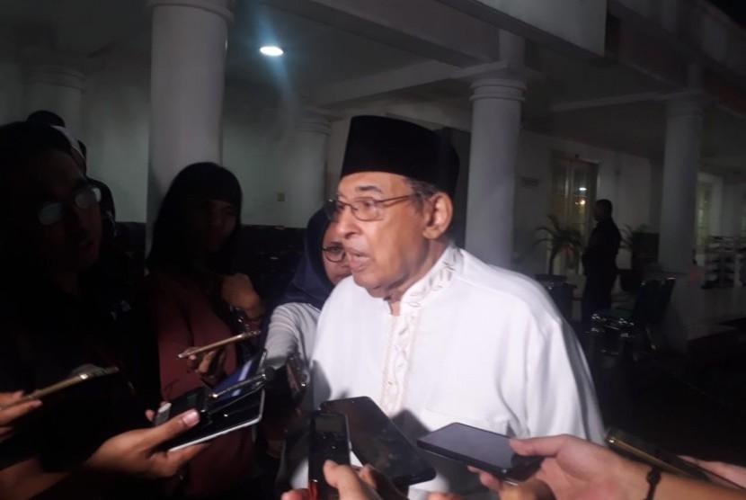 Cendekiawan Muslim M Quraish shihab saat ditemui wartawan di di Istana Wakil Presiden, Jakarta, Senin (20/5).
