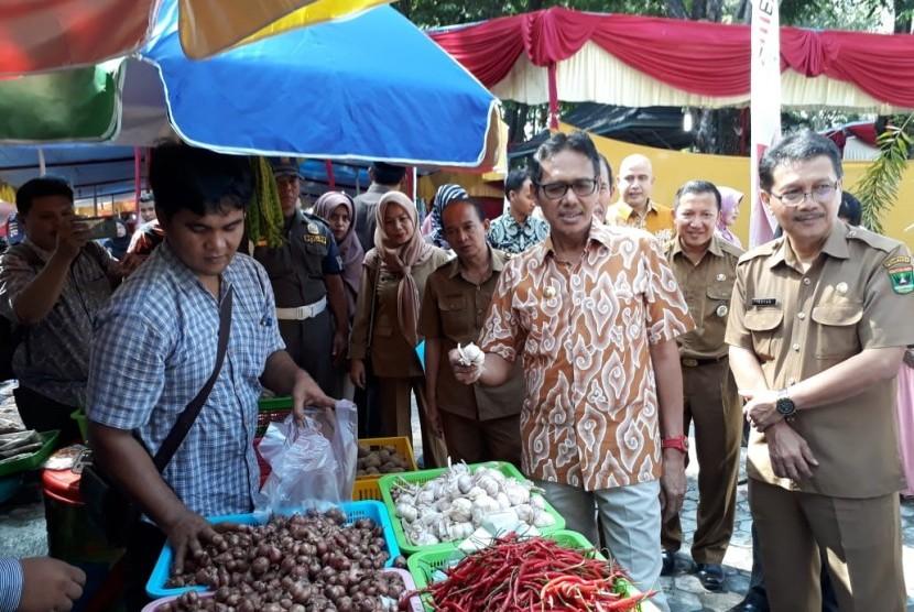 Gubernur Sumbar Irwan Prayitno saat memantau pasar murah di halaman Kantor Gubernur, Selasa (21/5)