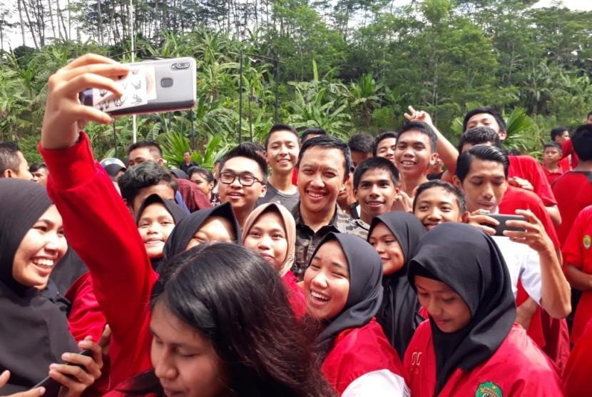 Menteri Pemuda dan Olahraga, Imam Nahrawi berfoto bersama pelajar Sekolah Khusus Olahragawan Internasional (SKOI), Samarinda, Kalimantan Timur, Selasa (21/5).