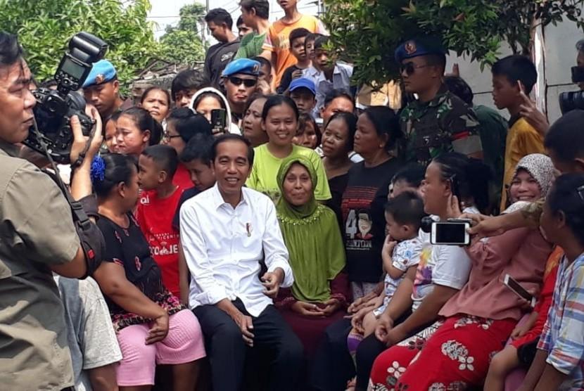 Presiden Joko Widodo (Jokowi) siang ini mengunjungi Kampung deret, RT. 14/01, Tanah Tinggi, Johar Baru,  Jakarta Pusat, Selasa (21/5). Saat tiba, Jokowi langsung disambut antusiasme warga.