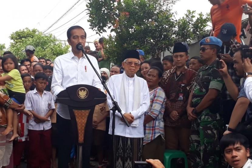 Calon presiden dan cawapres terpilih, Joko Widodo dan Ma'ruf Amin menyampaikan pidato kemenangannya di Kampung Deret, Johar Baru, Jakarta Pusat, Selasa (21/5).