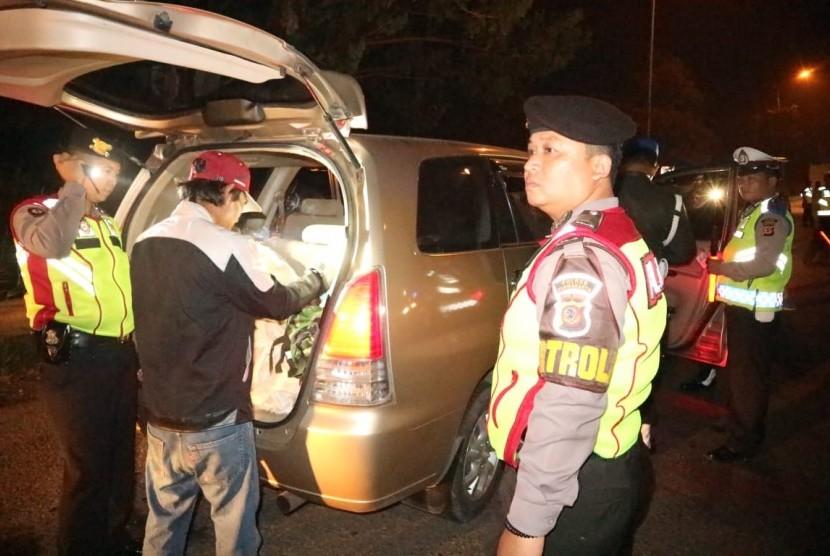 Tim gabungan TNI/Polri Kabupaten Purwakarta, melakukan penyisiran dan pemeriksaan terhadap warga yang hendak menuju Jakarta, Selasa (21/5).