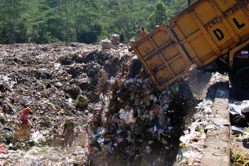 Sejumlah pemulung memilah sampah di Tempat Pembuangan Akhir (TPA) Sanggrahan, Kranggan, Temanggung, Jawa Tengah Rabu (22/5/2019).