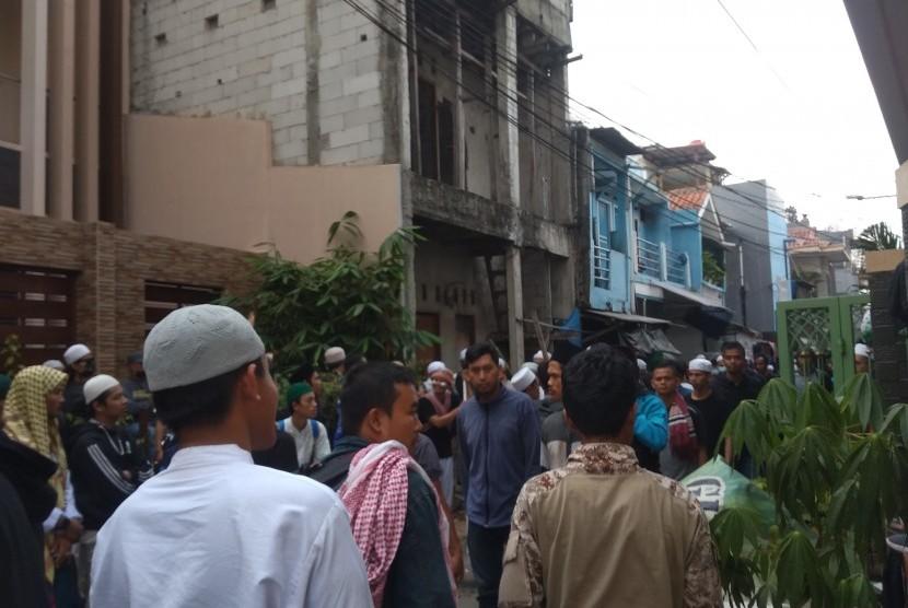 Massa Bersiap Siaga di Jalan Petamburan III Jakarta Pusat.