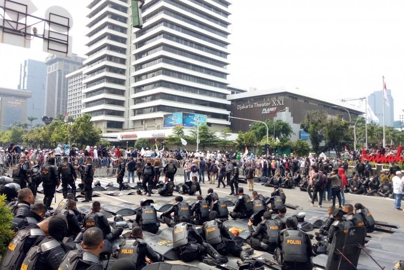 Situasi unjuk rasa di depan Bawaslu, Jakarta Pusat, Rabu (22/5).