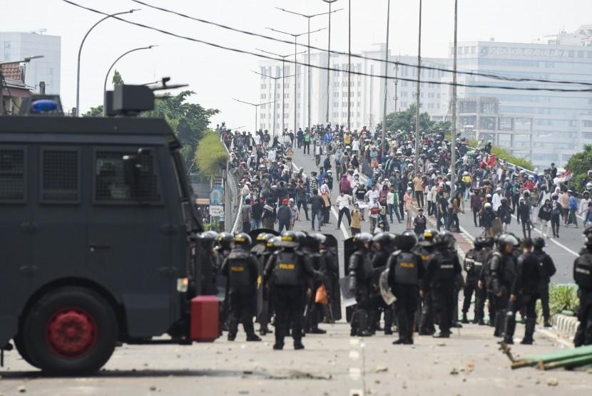Suasana bentrokan antara petugas kepolisian dengan massa aksi di kawasan Tanah Abang, Jakarta, Rabu (22/5/2019).