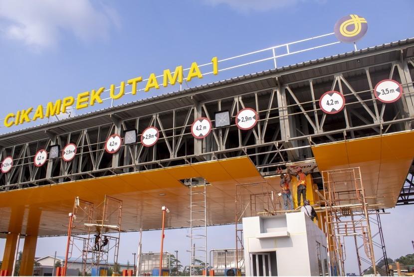 Pekerja beraktivitas dalam proyek pembangunan Gerbang Tol (GT) Cikampek Utama di Cikampek, Karawang, Jawa Barat, Rabu (22/5/2019).